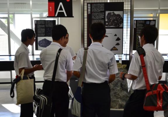 秋田大学教育文化学部附属中学校の生徒が国際資源学教育研究センターを訪問しました。|国立大学法人 秋田大学